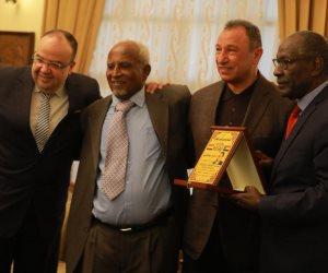 قبل موقعة الأهلي والهلال.. رابطة قدامى اللاعبين السودانيين تكرم محمود الخطيب (صور)