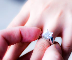 أغرب هدايا عيد الحب.. فتاة تتلقى خاتم خطوبتها من الفضاء (فيديو)