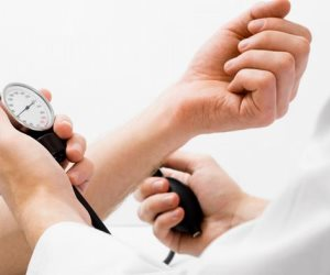 «السكتات الدماغية ستقل بنسبة 50%».. عالم يكتشف طرق جديدة لخفض معدلات «ضغط الدم»