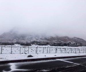 """جبال كاترين تكتسي بالثلوج.. والأهالي: """"تنعش السياحة وتجلب الرزق"""" (صور)"""