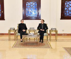 قرينة الرئيس السيسي تؤدي واجب العزاء لأسرة الرئيس الأسبق حسني مبارك (صور)