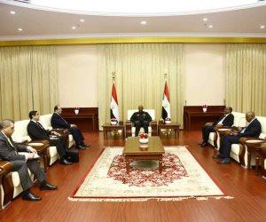 اللواء عباس كامل ينقل للبرهان تحيات الرئيس السيسي وتضامن مصر مع السودان في مواجهة الإرهاب