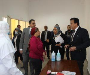 وزير التعليم العالى يوجه بتوفير الكمامات والمطهرات أمام الكليات مجانا