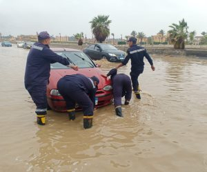 شاهد.. رجال الحماية المدنية يواصلوا عمليات الإنقاذ علي طريق السويس