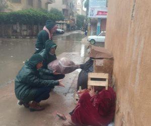 «المتغطي بالإنسانية دفيان».. برنامج أطفال بلا مأوى يتحدى الأمطار لنجدة مفترشي الطرقات (صور)