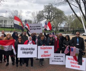 بدء وقفة الجالية المصرية بالولايات المتحدة أمام البيت الأبيض لدعم موقف مصر في مفاوضات سد النهضة