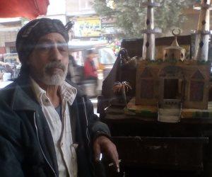 يستطيع المنافسة.. صانع تحف بالمنيا يحول العلب الصفيح لفوانيس ومجسمات مساجد