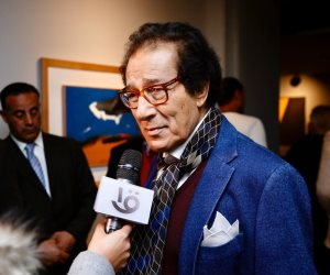 سفير فرنسا بالقاهرة يبدي إعجابه بلوحات فاروق حسني ويطلب إقامة معرض له بباريس