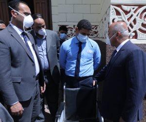 صور.. وزير النقل يطالب إدارة المترو بتوزيع كمامات طبية مجانًا على الركاب