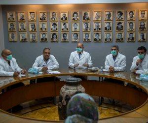 تضامنا مع الأطباء وتقديرا لدورهم.. مجلس تحرير جريدة الأهرام بالبالطو الأبيض (صور)