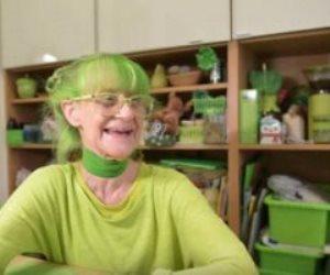 قصة مسنة هولندية لا ترتدى إلا اللون الأخضر (صور)