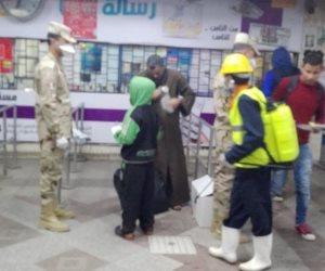 القوات المسلحة توزع كمامات مع التذاكر بمحطتى مترو الشهداء والسادات (صور)