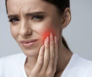 مذاق ورائحة سيئة في الفم.. تعرف على أعراض خراج الأسنان