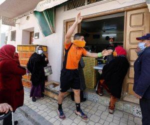 """بطاقات حمراء وصفراء لمنتهكي القواعد.. ماذا فعل حكم تونسي للتوعية من """"كورونا""""؟"""