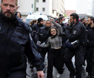 جولة حولة العالم.. الألمان يتظاهرون لإلغاء إجراءات الحظر بسبب كورونا (صور)