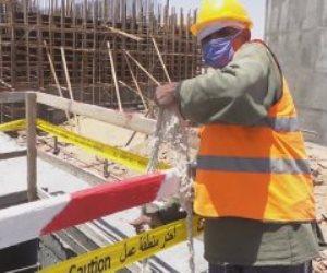 عاش الرجال.. عمال مشروع محطة مياه أسوان يواصلون العمل رغم مشقة الحرارة والصيام