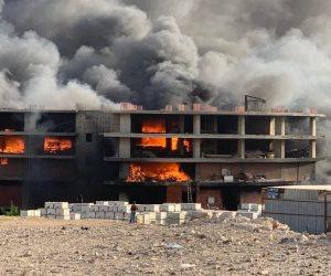 الحماية المدنية تدفع بـ 10 سيارات إطفاء للسيطرة على حريق مخزن السلاب بالمقطم (صور)