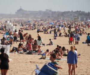 دون أقنعة.. كيف احتشد المئات على شواطئ نيويورك رغم كورونا؟
