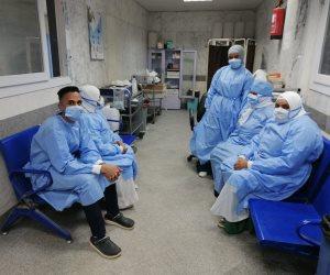 الأطقم الطبية الساهرة بأسوان تواصل مقاومة كورونا.. 26 طبيبًا وممرضًا تماثلوا للشفاء وأخذ عينات من المتعافين