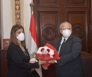 تكريم رئاسي لشهداء الجيش الأبيض.. رئيس جامعة القاهرة يكرم أسرة الدكتور هشام الساكت