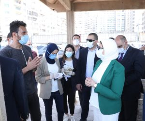 خلال زيارة للمحافظة.. وزيرة الصحة توقف موكبها للتحدث مع المواطنين على كورنيش الإسكندرية (صور)