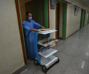 صور.. جامعة المنصورة تطلق أول روبوت لخدمة مرضى كورونا بمستشفى العزل