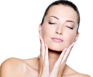 5 أخطاء تفسد ترطيب بشرتك.. استعمال منظف قاسِ ومرطب غير مناسب للجلد