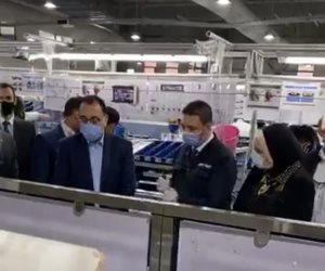 رئيس الوزراء يتفقد مصنعا لإنتاج الضفائر الإلكترونية للسيارات