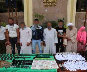 الداخلية تداهم وكر مخدرات وتضبط 8 متهمين بحوزتهم 7 كيلو هيروين وأسلحة غير مرخصة بالجيزة