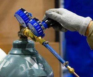 ضبط صاحب شركة غازات صناعية بالقليوبية لتجميع إسطوانات الأكسجين وبيعها بالسوق السوداء