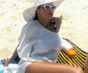 رانيا يوسف تتحدى الملل.. من فستان مثير إلى مايوه أكثر إثارة (صور)