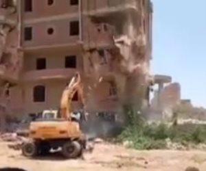 انهيار عقار مخالف على حفار وسائقه في بشيل بالجيزة.. شاهد ماذا حدث له