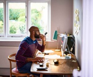 6 نصائح لتجنب المشاكل الصحية أثناء العمل من المنزل