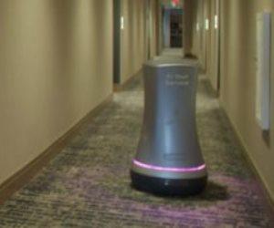 بسبب كورونا.. روبوت يقدم المشروبات للنزلاء في فندق بكاليفورنيا