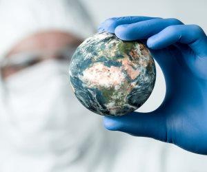 """الفيروس خارج السيطرة.. """"الصحة العالمية"""" تواصل التحذير من مخاطر كورونا"""