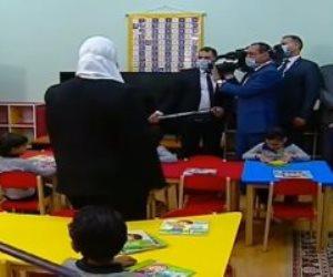 السيسي يشاهد فقرة العرائس مع أطفال حي الأسمرات