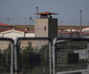 مصدر: عدم صحة شائعة الإخوان بإضراب إرهابي مسجون عن الطعام