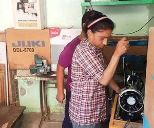 """شادية أشطر """"أسطى"""" تصليح ماكينات خياطة في بني سويف تروي قصة كفاحها"""