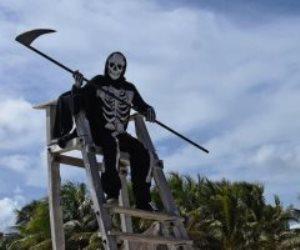 رجل الموت.. طريقة جديدة لإبعاد الناس عن الشواطئ بالمكسيك