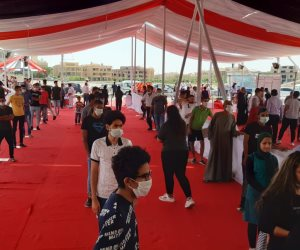 مواطنون يحتشدون أمام لجنة بالتجمع للإدلاء بأصواتهم فى انتخابات الشيوخ (صور)