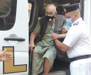 «الشرطة في خدمتك».. أمن القاهرة ينقل مسنا من منزله إلى لجنته الانتخابية بالنزهة (صور)