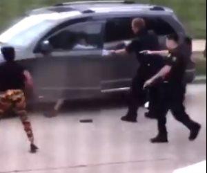 لحظة إطلاق الشرطة الأمريكية الرصاص على شاب أسود بولاية ويسكونسن.. فيديو وصور