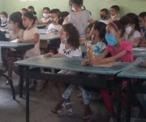 صورة لفصل دراسي مكتشف في المغرب تثير الجدل.. كارثة الحضور إلى الفصول