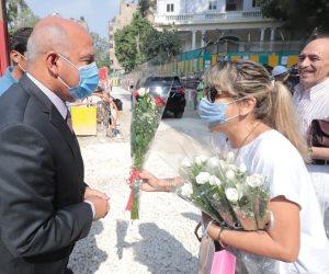 سكان الشربتلى يستقبلون كامل الوزير بالورود بعد عودتهم لشققهم بالعمارة.. صور