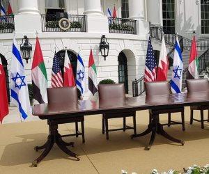 شاهد طاولة توقيع اتفاق السلام بين الإمارات وإسرائيل بحديقة البيت الأبيض