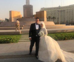 عروسان يحتفلان بزفافهما في ميدان التحرير.. والمعازيم: تحيا مصر