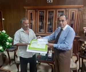 """محافظ شمال سيناء يكرم منجد أمين عثر على مجوهرات بنصف مليون جنيه في """"مخده"""" وأعادها لصاحبها ( صور)"""