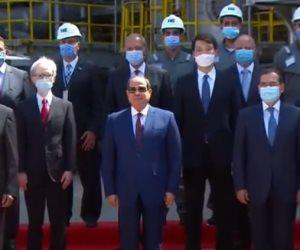 الرئيس السيسي يلتقط صورة تذكارية داخل مجمع التكسير الهيدروجينى بمسطرد