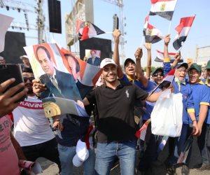 شباب يحتفلون بمحيط النصب التذكاري بنصر أكتوبر: «فرحان يا بلادي.. وبغني بلادي» (صور)