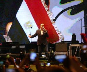 هشام عباس ومحمد عدوية يغنيان احتفالا بنصر أكتوبر ودعم الدولة والرئيس بالمنصة